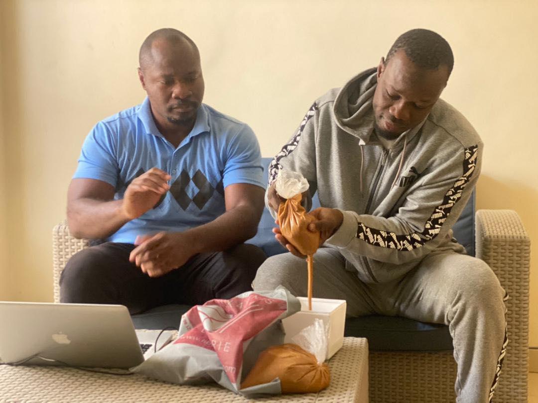 Signe de fraternité à l'endroit du leader de Pastef Guy Marius Sagna et Barthelemy Diaz offrent le Ngalakh à Ousmane Sonko.